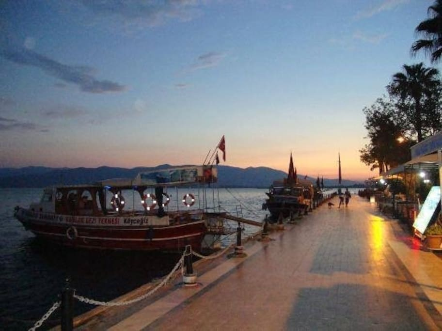 Enjoy an evening stroll by the lake with choice of restaurants and bars