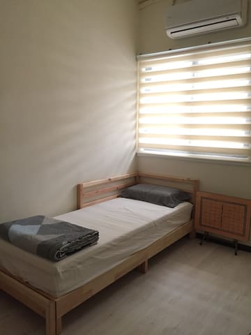 Clean room for 1-3 guests near Taipei Main Station