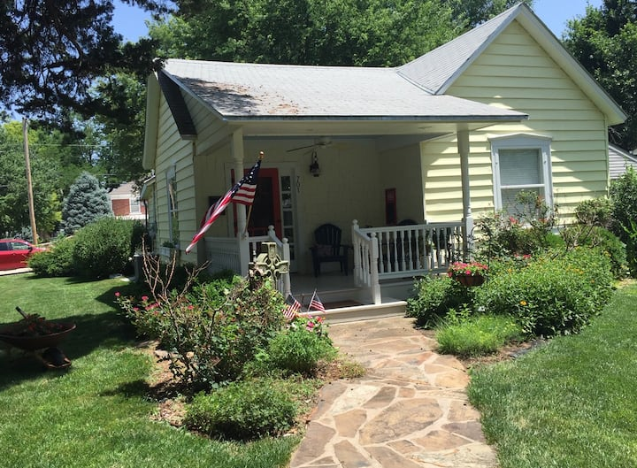 Sally's Cottage. Cute & cozy on large corner lot.