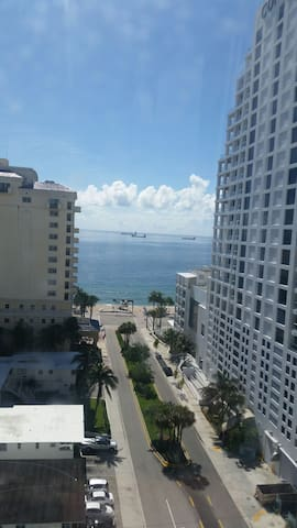 Steps from the BEACH.  AMAZING VIEW - Fort Lauderdale - Apartamento