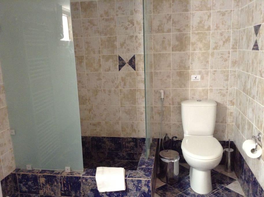 Full Bathroom with Washing Machine