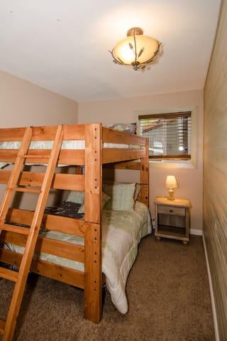 Guest bedroom #1: Single (full) bunk bed
