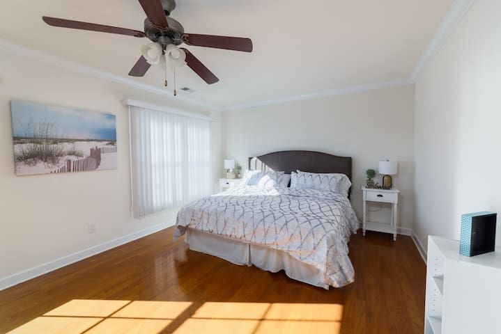 Beautiful, Private Room Close to Local Businesses!