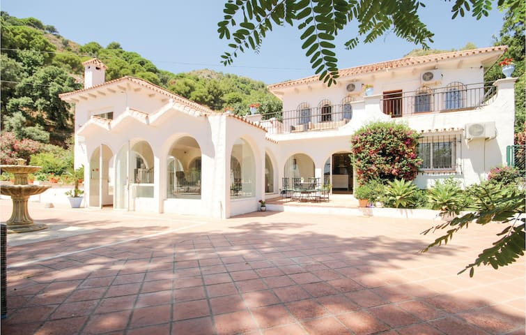 Holiday cottage with 7 bedrooms on 300 m² in Ojen, Marbella