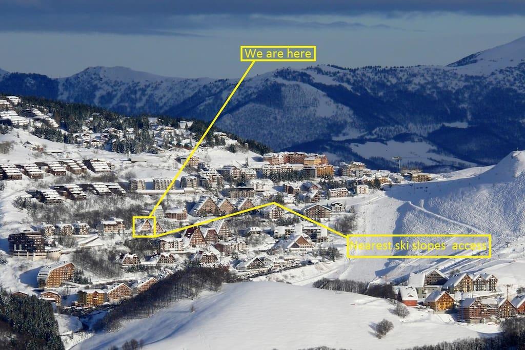 Posizione ottimale che vanta massima esposizione al sole e rapido accesso alle piste da sci.
