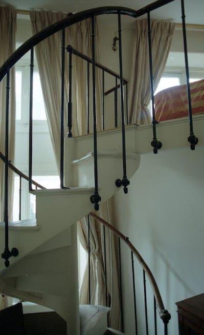 accès à la seconde chambre par un escalier intérieur
