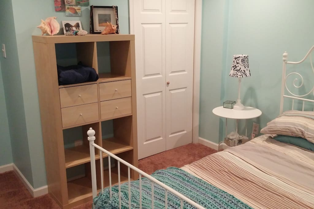 Calming retreat from the bustling city! Clothes storage and closet. Towels and sheets included.
