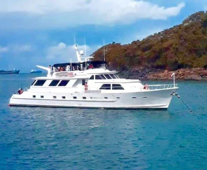 Mega Yacht Sleeps 8 Private charter Pearl Islands