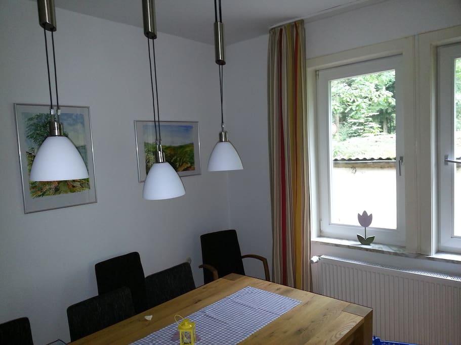 gemütliches Esszimmer mit großem Holztisch