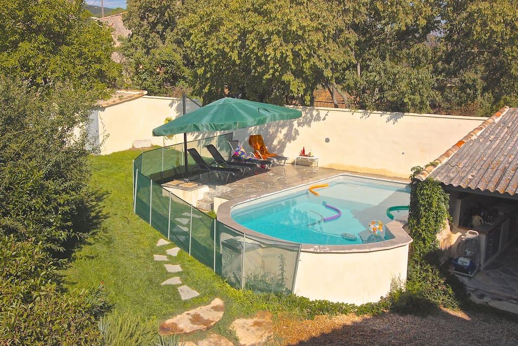 La piscine est sécurisée par une barrière aux normes en vigueur