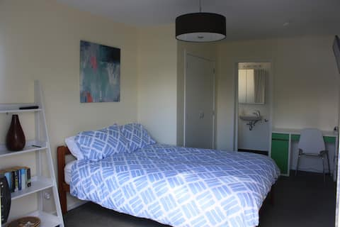 Modern One Bedroom with ensuite in Point Chevalier