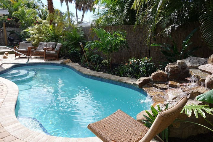 Big house steps to beach, lush private heated pool - Holmes Beach