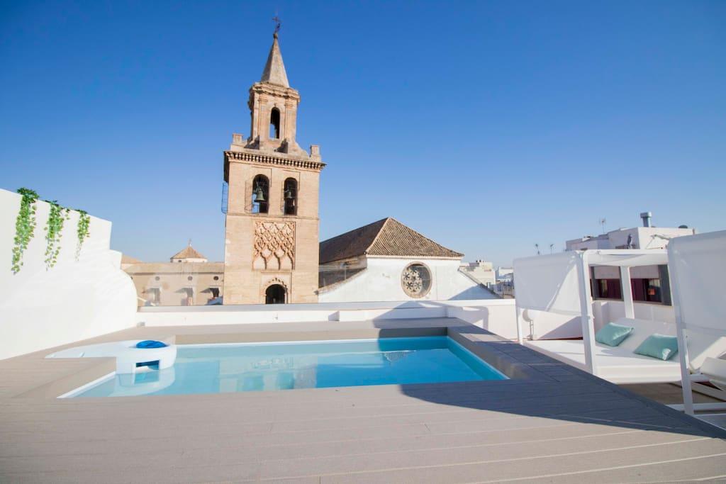 Vistas Iglesia Omnium Sanctorum desde nuestra terraza con piscina
