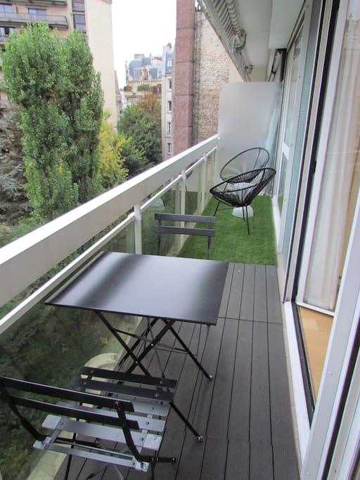 Cosy terrasse orientée plein sud pour passer les repas ou simplement se prélasser dans les transats.