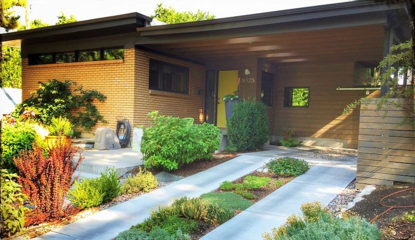 Exquisite Modern Masterpiece near the Gas Lamp District