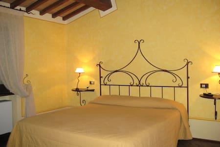 Palazzo storico nell'antico centro - Trevi - Bed & Breakfast