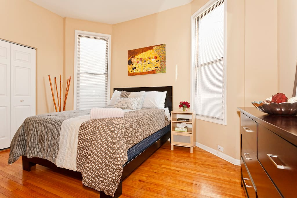 bedroom wrigleyville flat sleeps 16 apartments for rent in chicago