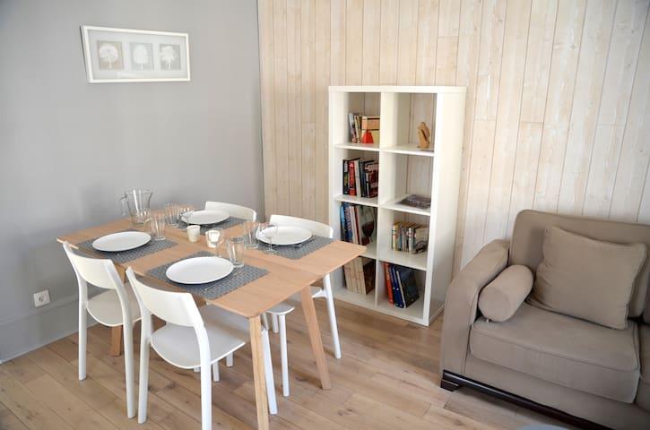La table à manger dépliée pouvant accueillir 4 / 6 couverts
