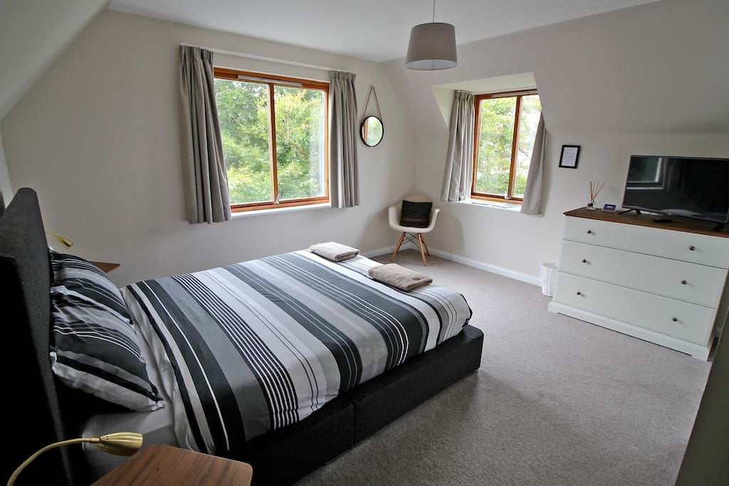 Large kingsize bedroom