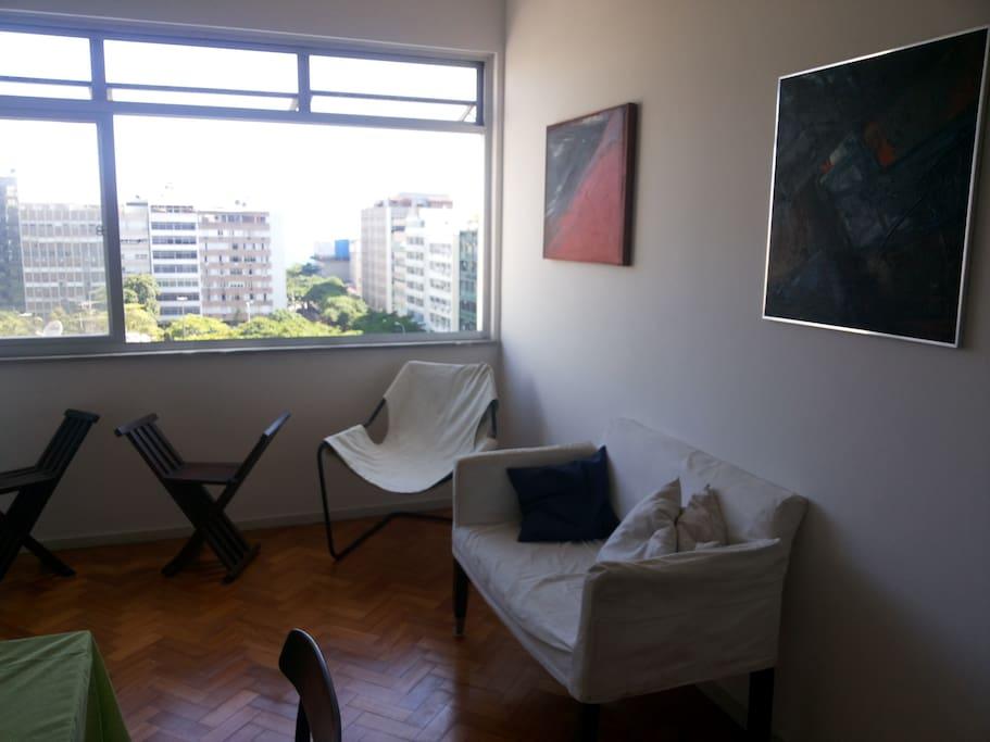 Sala de estar, com vista para a Praça General Osório e o mar.