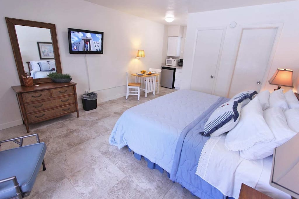 Studio with King Bed/Flat Screen Cable TV/Kitchenette with Refrigerator