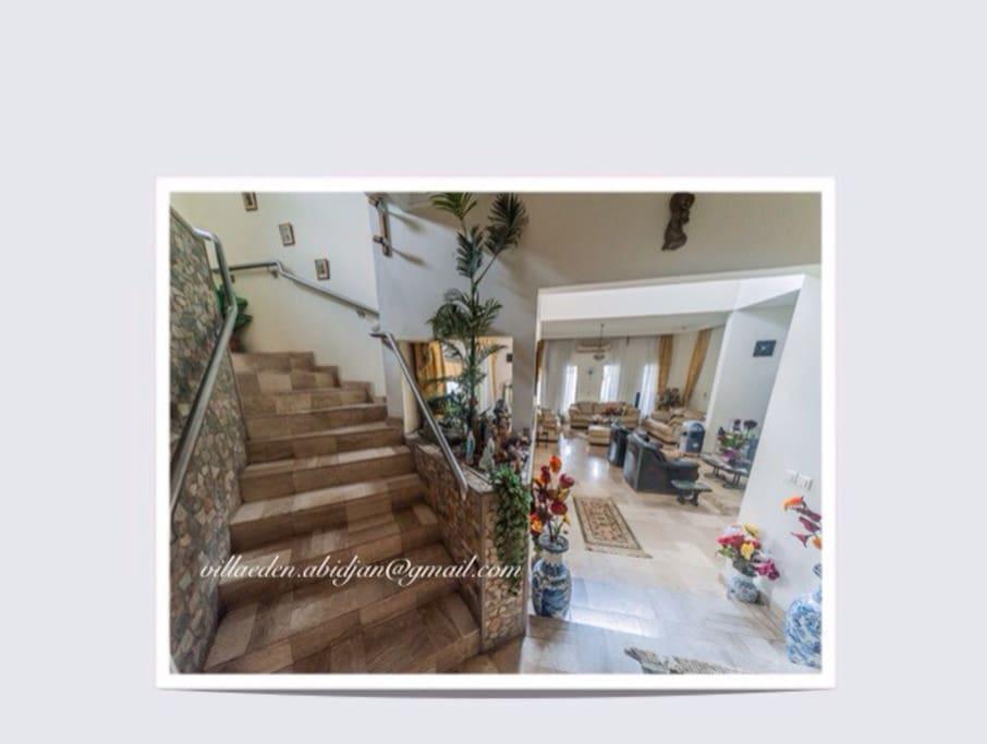 Intérieur de la maison - Vue du salon et des escaliers en marbre, donnant sur la chambre.