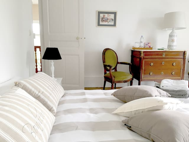 Private room in Very Charming House (1,60m x 2) - Versailles - Bed & Breakfast