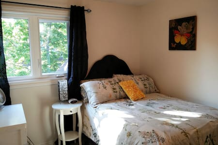 Sunny room near U of T Mississauga Campus - Townhouse