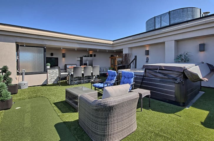 Executive 2-Storey Penthouse with Private Hot Tub!