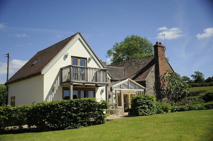 Idyllic  Country Cottage for up to 12 guests. - Cleestanton - บ้าน