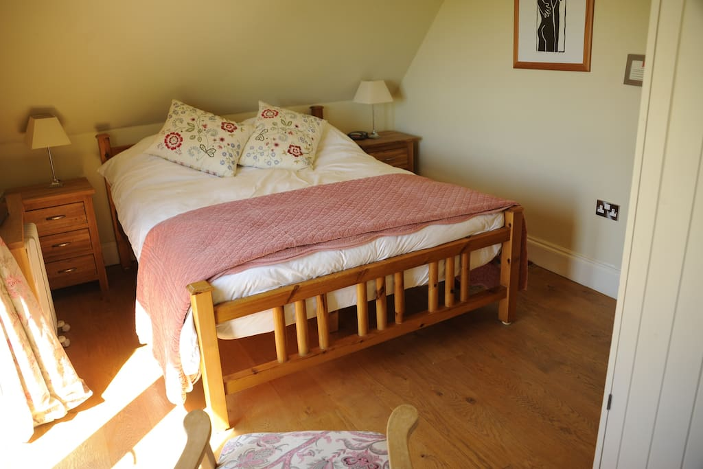 Kingsize room with sofa and ensuite shower and bath!