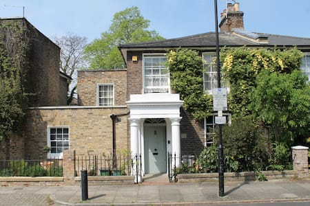 Lovely room on right in 1848 house - Londen - Bed & Breakfast
