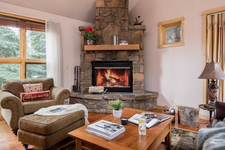 Outpost: Moose Creek 21 - Hot-tub and fireplace!
