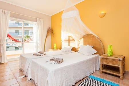 Sunny 1 bedroom ap. with pool - 라고스