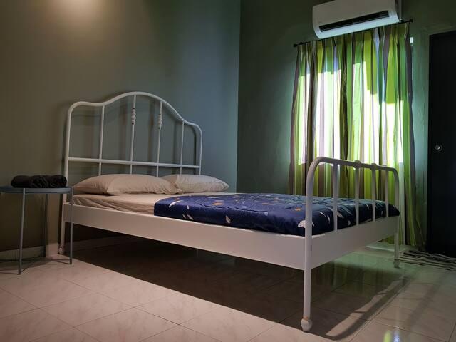 Second bedroom - one queen bed