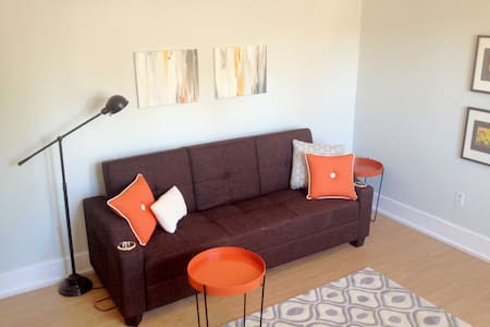 Charming Queens Park Suite - New Westminster