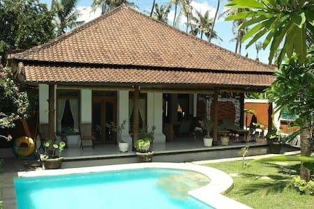 Luxe villa met zwembad en staff  - Kalibukbuk - Dům