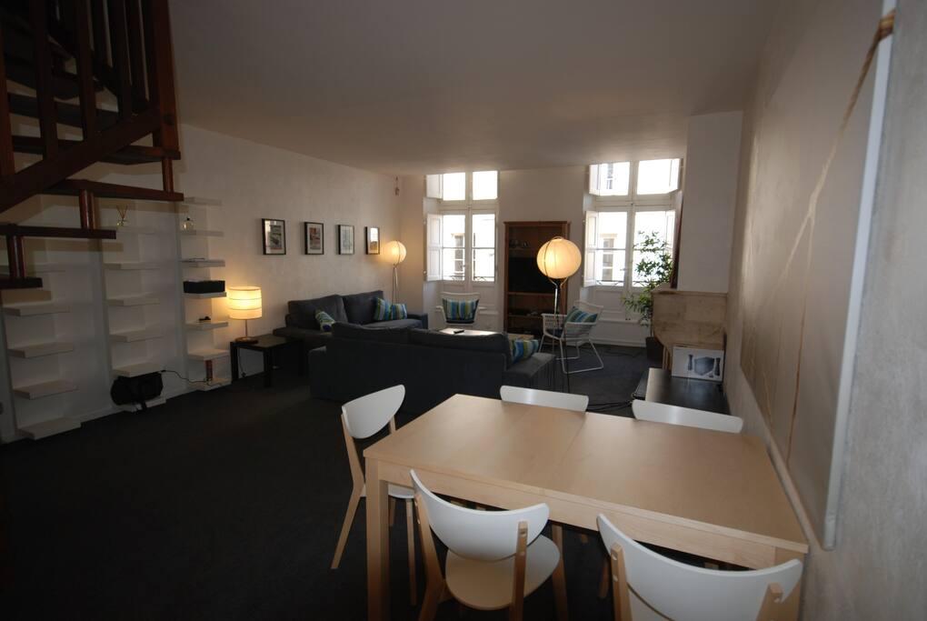 Salon de 40 m2 clair et calme avec coin repas pour 6