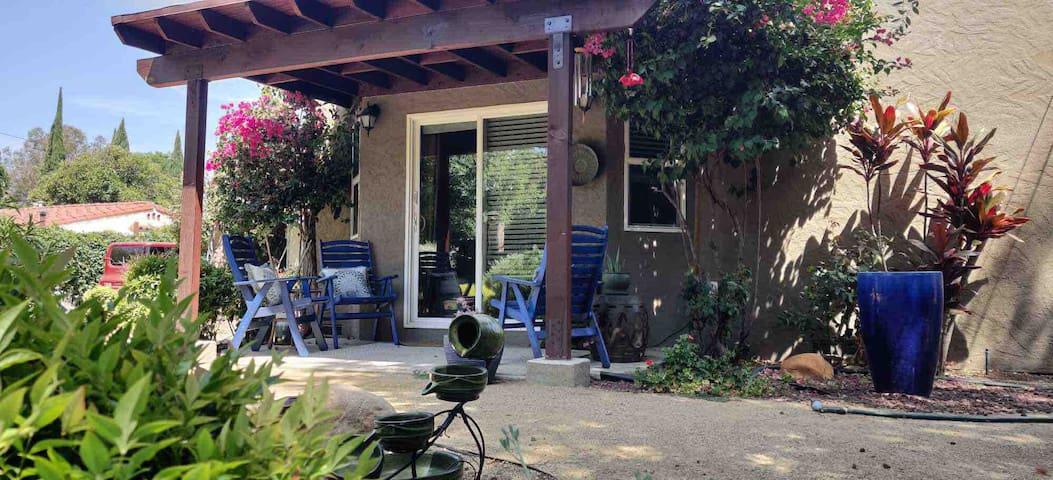 LA Garden studio w/ private entry & home comforts
