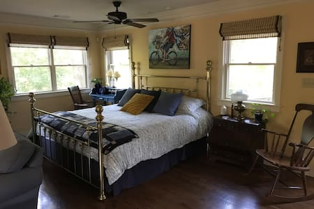 Restful Comfort Near Lakes Feels Like A Treehouse!