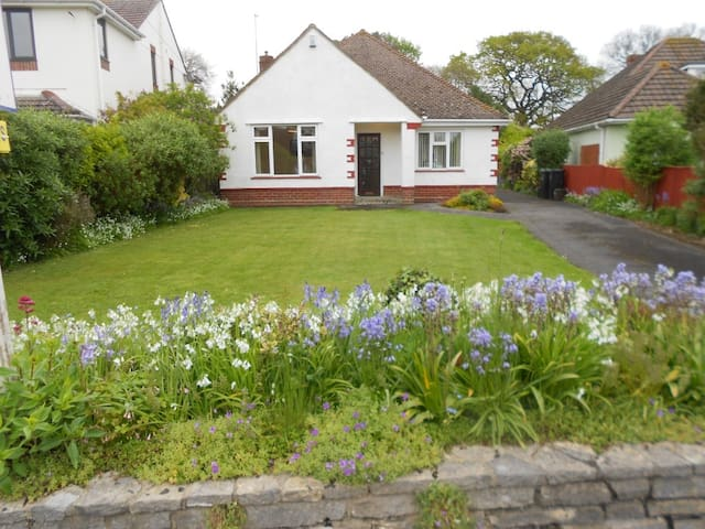 BOURNECOAST: Delightful bungalow near sea- HB2087