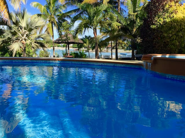 Seafront spacious 1 bed turquoise cove+pool access