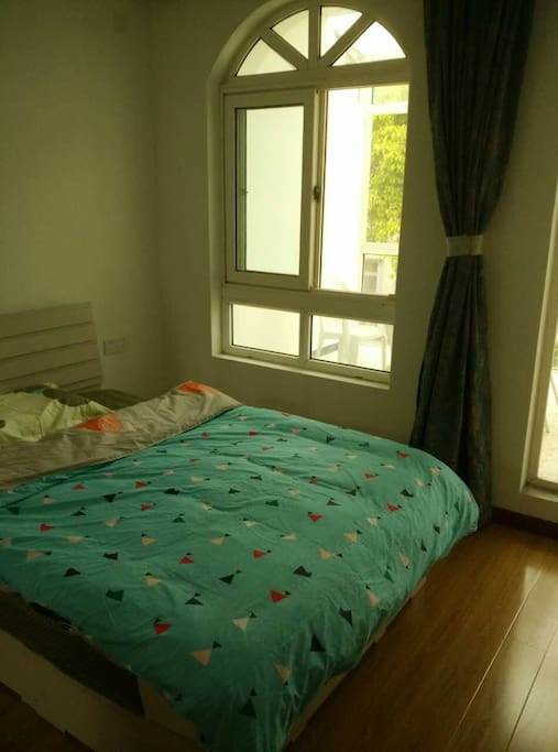 卧室带阳台