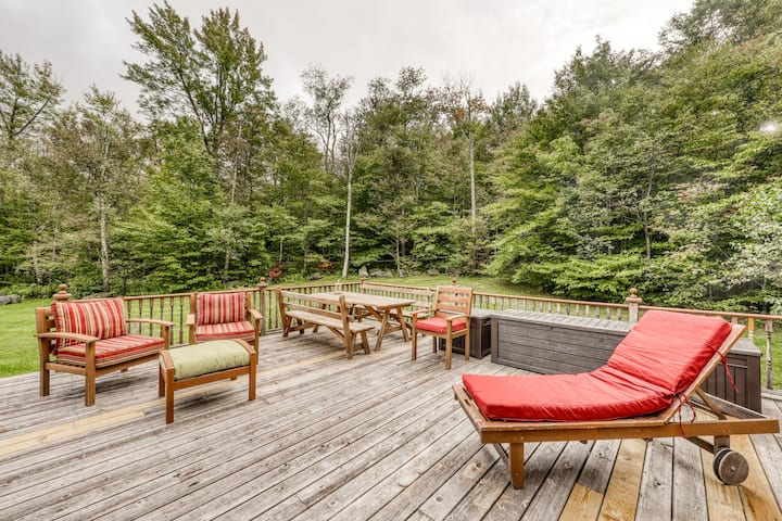 Classic log cabin on a pond w/ mountain views, deck & pool table - dogs OK!