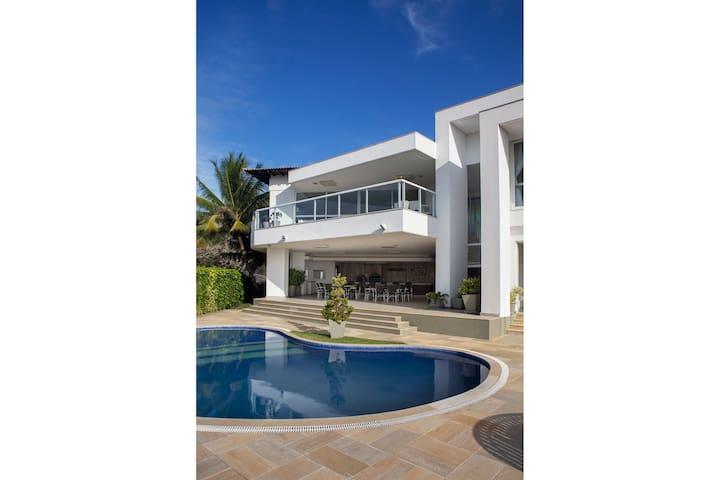 Linda casa com cinco suítes, vista sensacional da Praia de Geribá, em condomínio com segurança