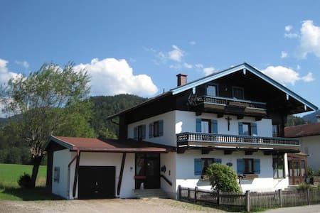 Dachgeschoss Ferienwohnung mit separatem Eingang - Apartament