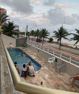 Apto de 1 dorm frente ao mar com piscina no centro