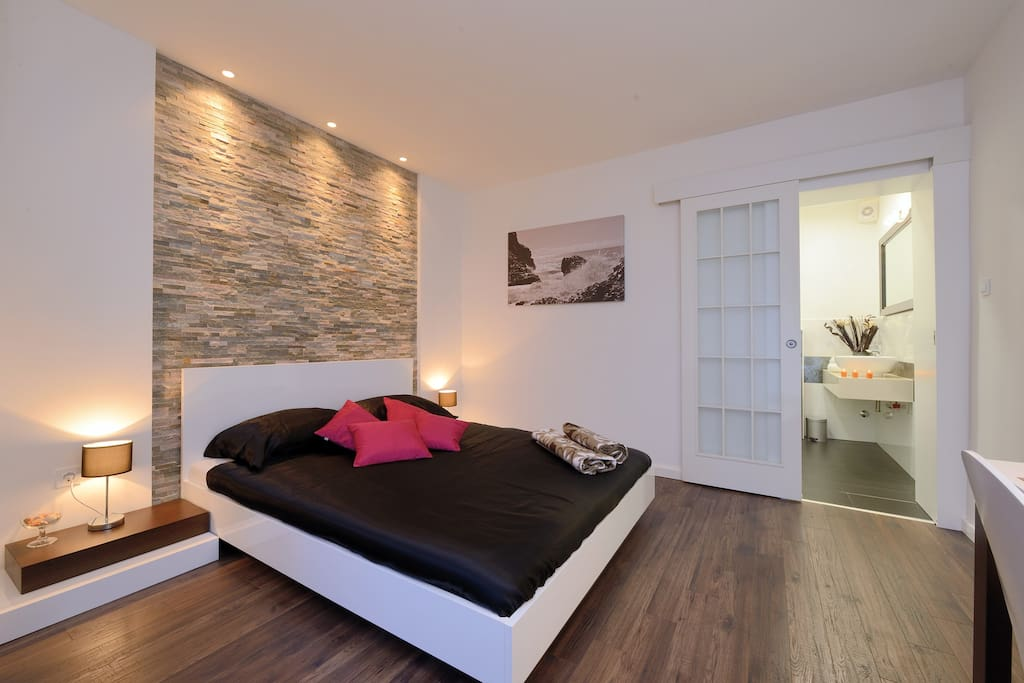 Deluxe king size bedroom chambres d 39 h tes louer for Chambre hote zadar
