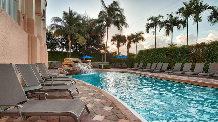 GREAT DEAL! COMFY KING UNIT, POOL, PARKING