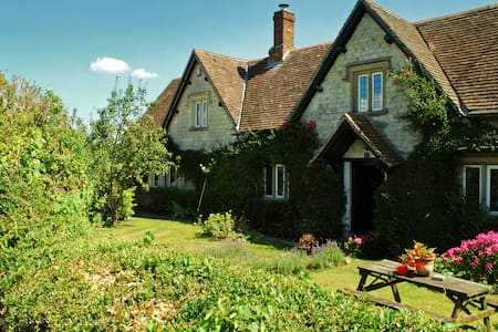 Dove Cottage Bed & Breakfast - Calne, Calne, Wiltshire SN11, UK - Bed & Breakfast